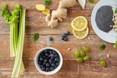 Frutos, bagas e vegetais na tabela de madeira Imagens de Stock