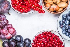 Frutos, bagas e vista superior nuts fotografia de stock