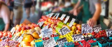 Frutos com preços das etiquetas dos suportes fora Fotografia de Stock Royalty Free