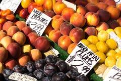 Frutos com preços das etiquetas dos suportes fora Imagens de Stock