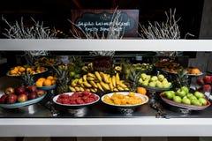 Frutos como a banana, laranja, romã, maçã fotografia de stock royalty free