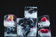 Frutos congelados em cubos de gelo imagem de stock royalty free