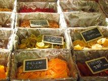 Frutos cristalizados no mercado imagens de stock royalty free