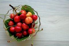 Frutos da cereja, fresco e suculento, em uma bacia de vidro foto de stock