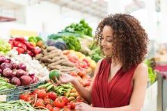 Frutos da compra da mulher Fotografia de Stock