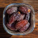 Frutos da data em uma bacia imagens de stock
