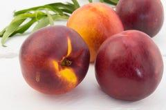 Frutos da nectarina em uma tabela Foto de Stock
