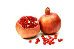 Frutos da romã madura em um fundo branco com grões Imagens de Stock Royalty Free