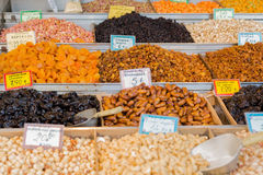 Frutos, datas, ameixas secas, abricós, figos, passas, uvas e porcas de caju secados, avelã, pistaches O mercado em Grécia Imagem de Stock Royalty Free