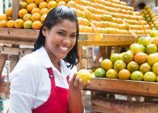 Frutos de oferecimento da vendedora mexicana em um mercado dos fazendeiros fotografia de stock royalty free