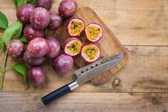 Frutos de paixão frescos em um fundo de madeira fotos de stock royalty free