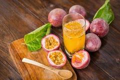 Frutos de paixão frescos em um fundo de madeira imagem de stock