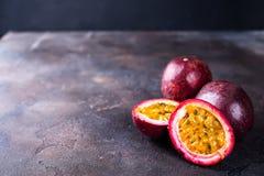 Frutos de paixão na tabela escura imagem de stock