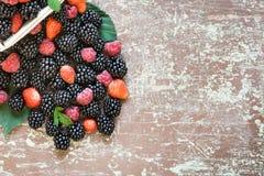 Frutos deliciosos em uma mesa de madeira Fotografia de Stock Royalty Free