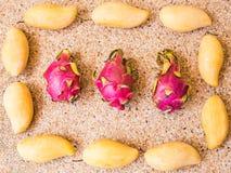 Frutos, dieta e conceito saudável do alimento - próximos acima da manga com fruto do dragão Imagem de Stock Royalty Free