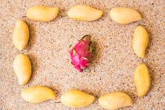Frutos, dieta e conceito saudável do alimento - próximos acima da manga com fruto do dragão Imagens de Stock