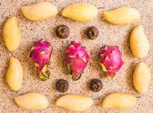 Frutos, dieta e conceito saudável do alimento - próximos acima da manga, fruto do dragão, mangustão Imagem de Stock Royalty Free