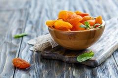Frutos do abricó secado em uma bacia de madeira Foto de Stock Royalty Free