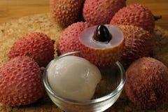 Frutos do lichi: fruto cortado, descascado e inteiro Para uma sobremesa saboroso foto de stock royalty free