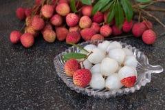 frutos do lichi Fruto suculento fresco do lichi em uma placa de vidro Fruto descascado do lichi Fotografia de Stock