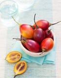 Frutos do Tamarillo com fatia no guardanapo azul fotos de stock royalty free