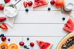 Frutos do verão Bagas, melancia e papaia suculentas frescas na tabela de madeira branca, vista superior Fotos de Stock Royalty Free