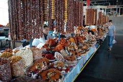 Frutos, doces e churchkhela secados no bazar do mercado de Yerevan Imagens de Stock