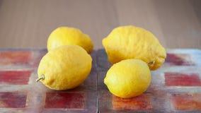 Frutos dos limões na tabela Imagens de Stock