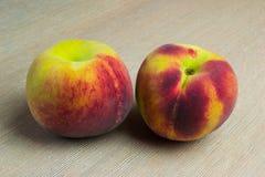 Frutos dos pêssegos na tabela Imagem de Stock