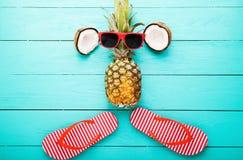 Frutos e acessórios do verão no fundo de madeira azul Vista superior Fotos de Stock Royalty Free