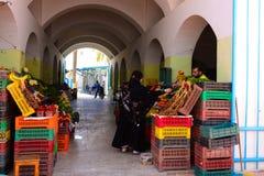 Frutos e caixas coloridos no mercado de rua de Djerba Fotos de Stock
