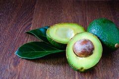 Frutos e folhas de abacate foto de stock