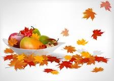 Frutos e folhas de outono em uma placa na tabela de madeira Foto de Stock