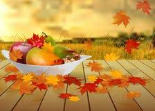 Frutos e folhas de outono em uma placa na tabela de madeira Foto de Stock Royalty Free