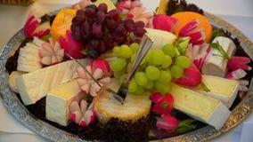 Frutos e mentira do queijo em uma placa vídeos de arquivo