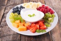 Frutos e mergulho do iogurte Imagens de Stock