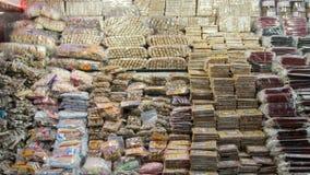 Frutos e porcas secados para a venda no mercado autêntico, ` máximo s Sri Lanka de Adam, o 15 de janeiro Foto de Stock