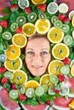 Frutos e retrato bonito louro da mulher foto de stock