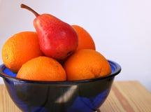 Frutos em uma bacia imagem de stock royalty free