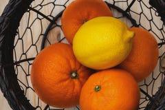 Frutos em uma cesta em uma opinião superior de mesa de cozinha foto de stock royalty free