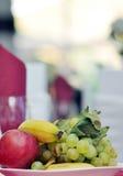 Frutos em uma placa Fotografia de Stock