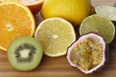 Frutos em uma placa de madeira imagens de stock royalty free