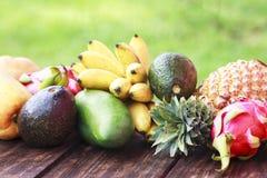 Frutos exóticos misturados no fundo de madeira Comer saudável, fazendo dieta Vista superior com espaço da cópia da grama Fotografia de Stock