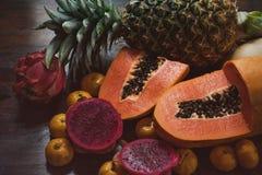 Frutos exóticos suculentos Abacaxi, papaia, manga, fruto do gragon na tabela pronto para comer Fotografia de Stock