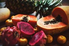 Frutos exóticos suculentos Abacaxi, papaia, manga, fruto do gragon na tabela pronto para comer Imagens de Stock
