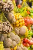 Frutos frescos coloridos na venda no mercado de frutos, Brasil fotos de stock