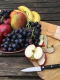 Frutos frescos com maçãs e uvas Fotos de Stock
