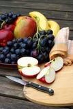 Frutos frescos com maçãs e uvas Foto de Stock Royalty Free