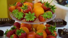 Frutos frescos diferentes na tabela de bufete vídeos de arquivo