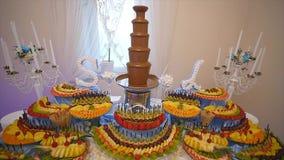 Frutos frescos diferentes na tabela de bufete do casamento Decoração da tabela do casamento dos frutos e das bagas Fruto da recep video estoque